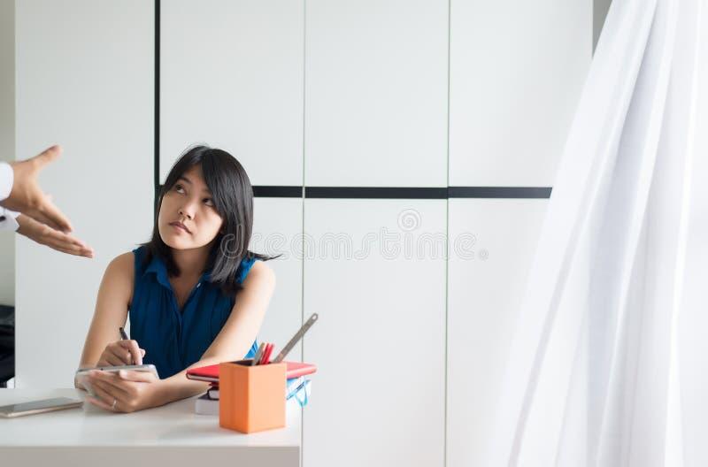 El paciente de la mujer que usa la tableta consulta a un doctor, concepto de la atención sanitaria de Digitaces fotografía de archivo