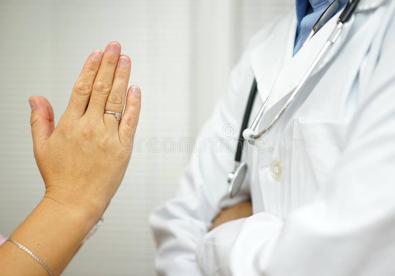 El paciente está pidiendo al doctor la ayuda médica, doctor es refus fotografía de archivo libre de regalías