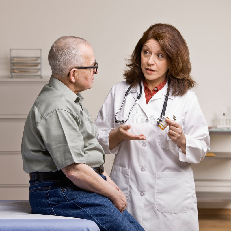 El paciente que escucha el doctor explica la prescripción imagenes de archivo