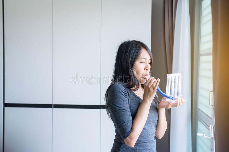 El paciente que usa incentivespirometer o tres bolas para estimula el pulmón foto de archivo libre de regalías