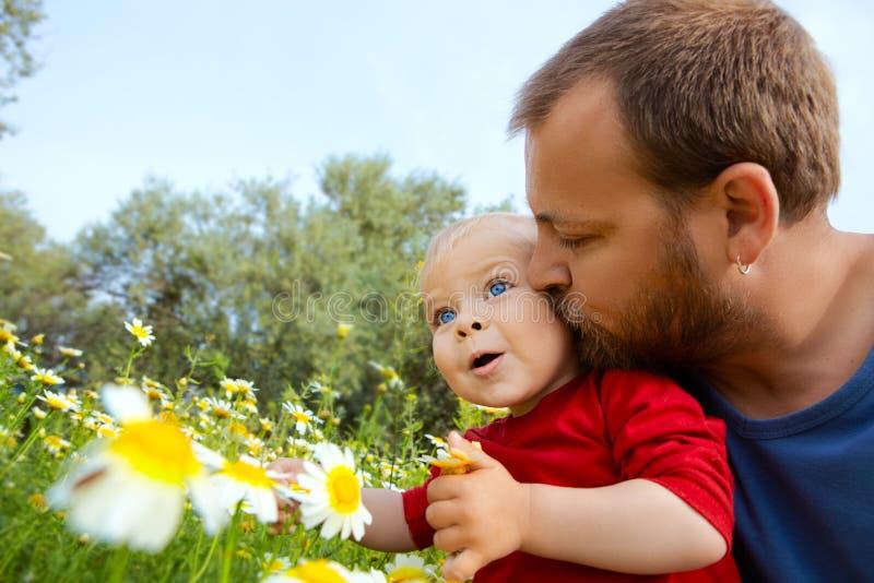El padre besa a su hijo imagen de archivo libre de regalías