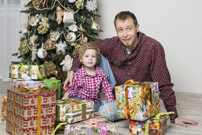 El padre da el regalo de la navidad a su hijo imagen de - Regalo padre navidad ...