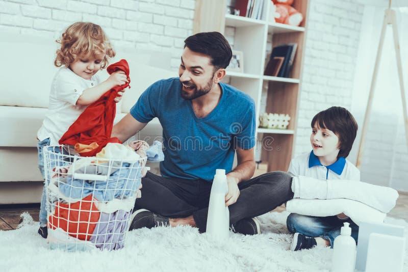 El padre es enseñanza los hijos una limpieza imagen de archivo
