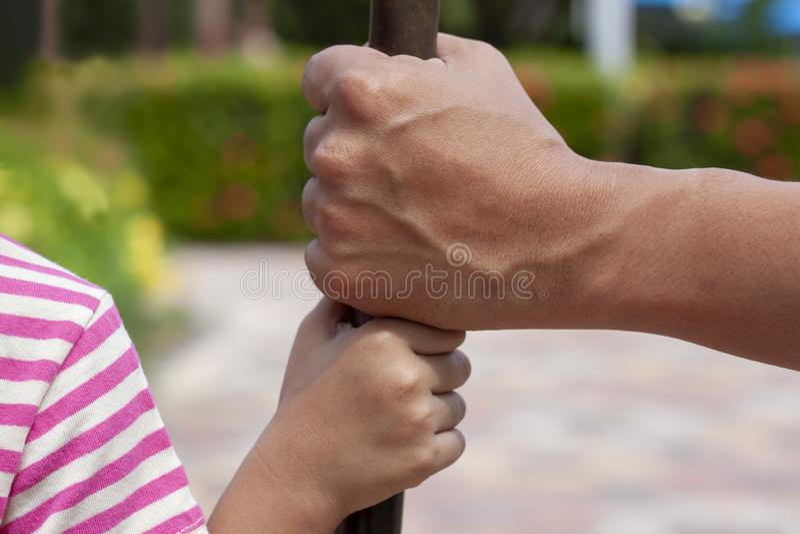 El padre es mano está listo para tomar cuidado y para proteger a la hija imágenes de archivo libres de regalías