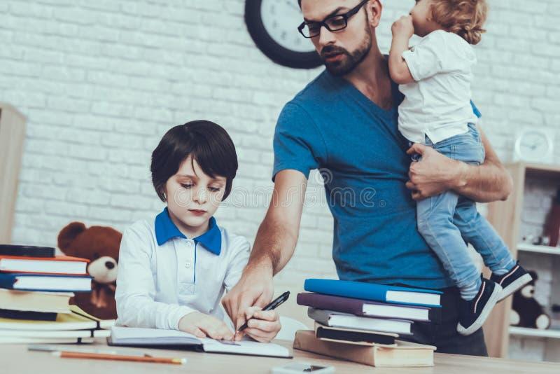 El padre está haciendo una preparación con el hijo imagenes de archivo