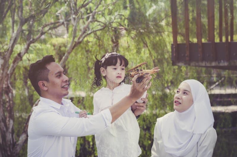 El padre joven pasa su tiempo precioso con la hija foto de archivo