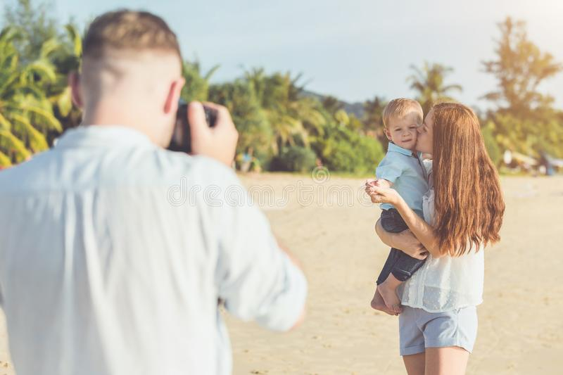 El padre, la madre y el niño con relajan la actividad, caminando y jugando fotos de archivo libres de regalías