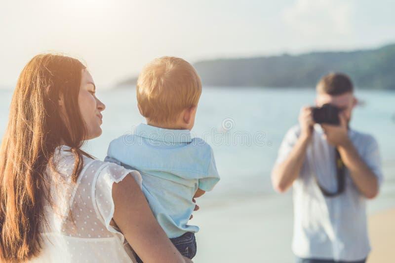 El padre, la madre y el niño con relajan la actividad, caminando y jugando imágenes de archivo libres de regalías