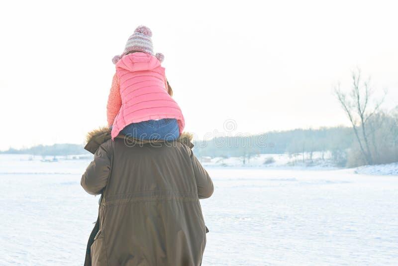 El padre lleva a la hija con paseo del transporte por ferrocarril foto de archivo libre de regalías