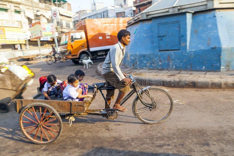 El padre transporta a sus niños foto de archivo libre de regalías