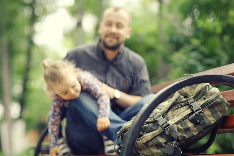 El padre viaja con la hija fotos de archivo