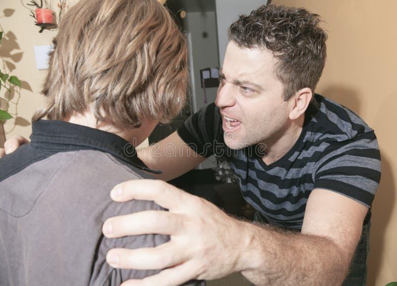 El padre violento golpeó al adolescente de la familia fotos de archivo