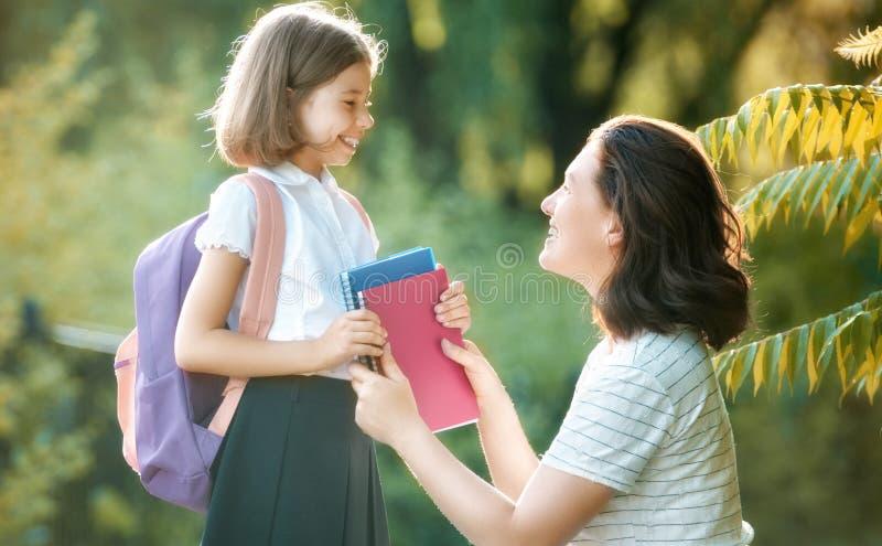 El padre y el alumno van a la escuela imagenes de archivo