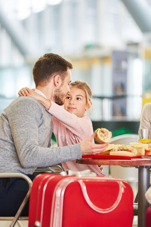 El padre y la hija juntos comen los bocados en el restaurante fotos de archivo libres de regalías