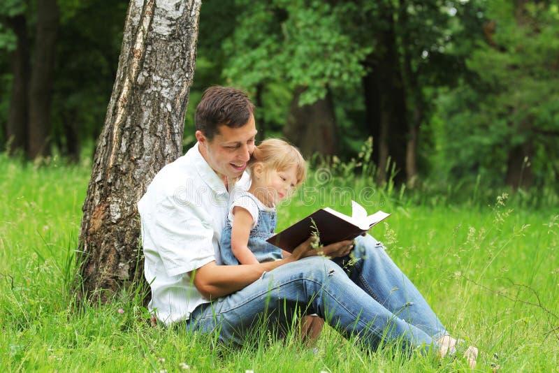 El padre y la hija lee imagenes de archivo