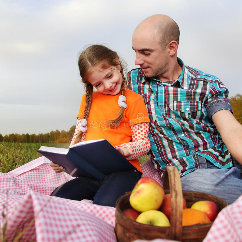 El padre y la hija leyeron el libro fotografía de archivo libre de regalías