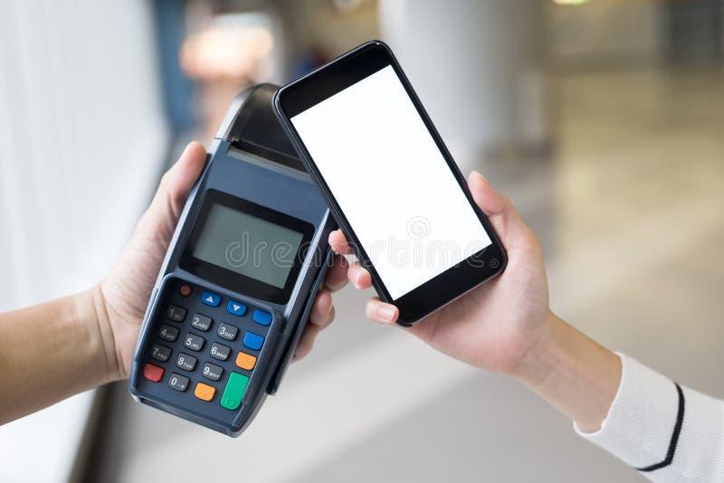 El pagar con smartphone imagenes de archivo