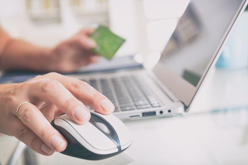 El pagar en línea con la tarjeta de crédito imagen de archivo libre de regalías