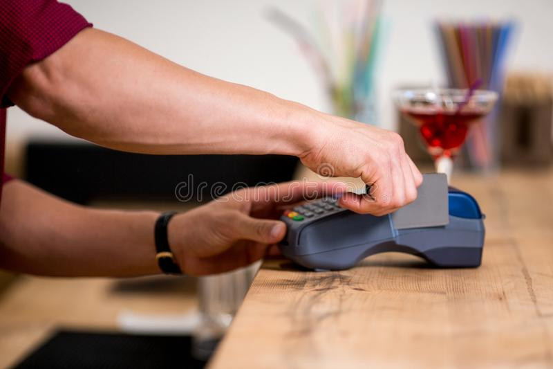 El pagar por la tarjeta de crédito en café fotos de archivo libres de regalías