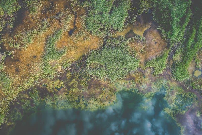 El paisaje aéreo del lago, nubes reflejó en agua imagen de archivo libre de regalías