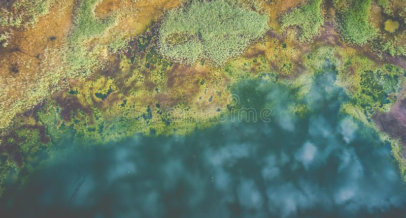 El paisaje aéreo del lago, nubes reflejó en agua foto de archivo