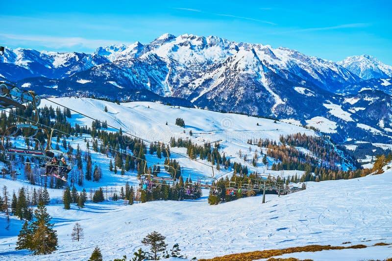 El paisaje alpino con el remonte, montaña de Zwieselalm, Gosau, Austria imagen de archivo