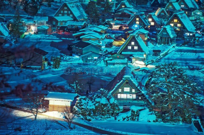 El paisaje de Japón Twightlight de Shirakawago El pueblo histórico de Shirakawago en invierno, Shirakawa es un pueblo situado en  fotografía de archivo