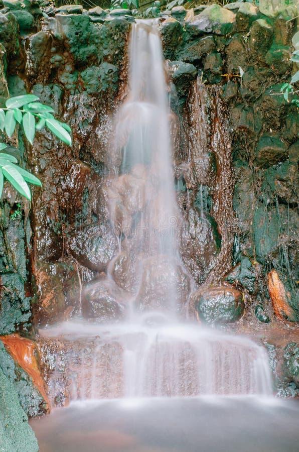 El paisaje de la corriente del río del bosque del verde de la cascada, corriente cubierta de musgo de la cascada de las rocas, ro imagenes de archivo
