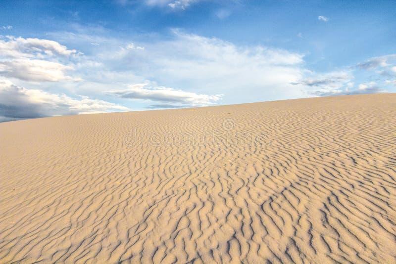 El paisaje de la duna de arena del desierto se extiende imágenes de archivo libres de regalías