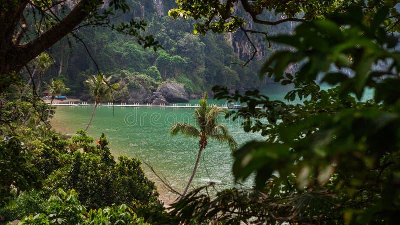 El paisaje de la isla tropical del paraíso, piedra caliza oscila Mar de Andaman Krabi, al sur de Tailandia foto de archivo