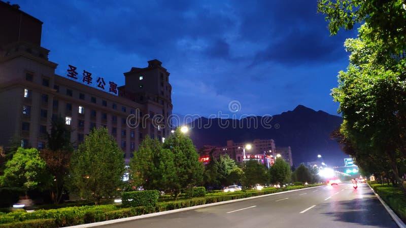 El paisaje de la pequeña ciudad de China fue tomado en 8 p M en la ciudad de Yongji foto de archivo