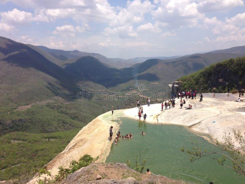 el paisaje de las montañas y de la cascada petrificó en Oaxaca, México fotos de archivo libres de regalías