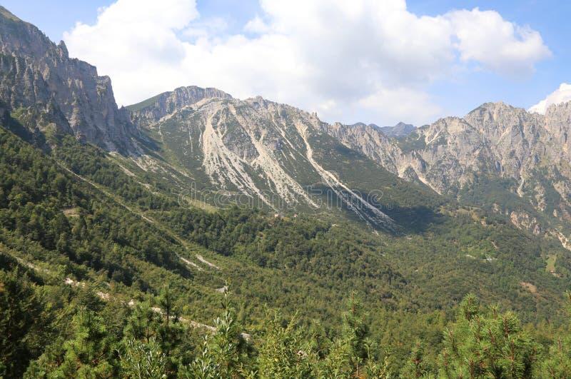 el paisaje de montañas italianas llamó a Venetian Prealps en las RRPP fotografía de archivo libre de regalías