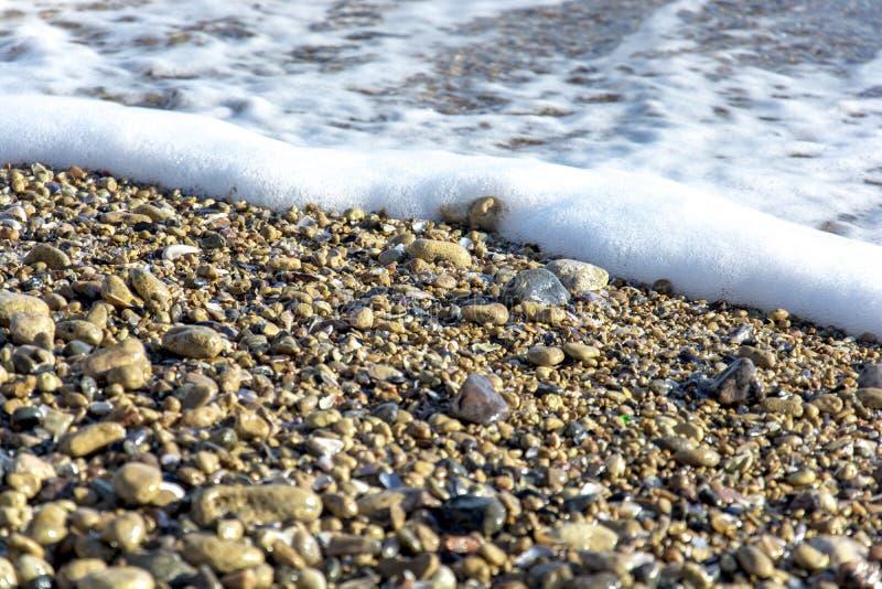 El paisaje del ‹del †del ‹del †del mar con el mar agita caer en las rocas dispersadas a lo largo de la costa fotografía de archivo