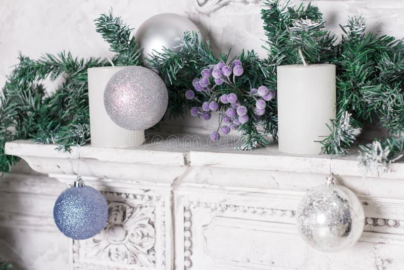 El paisaje del Año Nuevo de un abeto, de una vela y de los juguetes foto de archivo