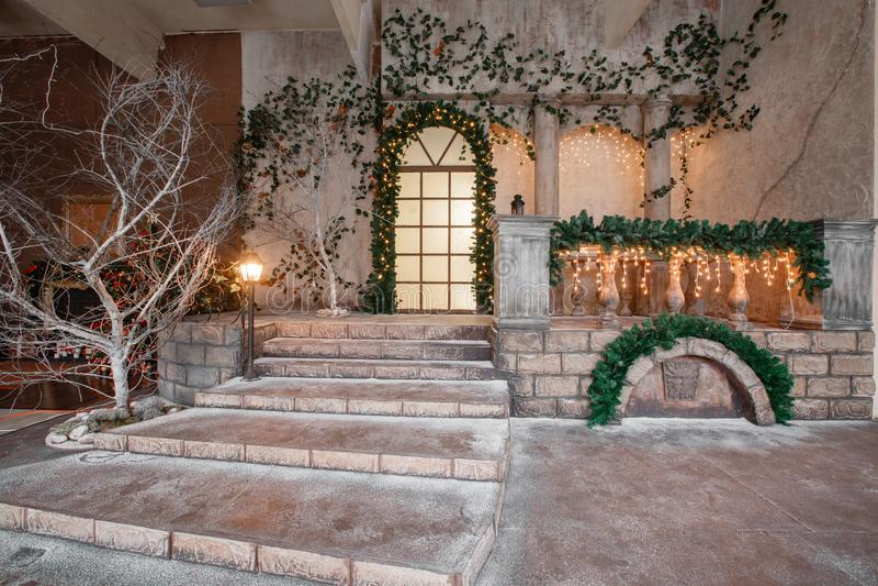 El paisaje del estudio o del teatro Entrada en una vieja arquitectura con la escalera y las columnas Decoración de la Navidad imagen de archivo