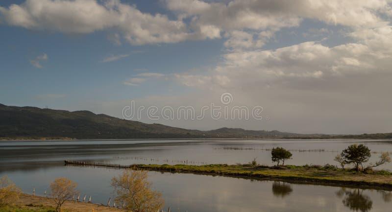El paisaje del lago Korission en Corfú Grecia imagenes de archivo