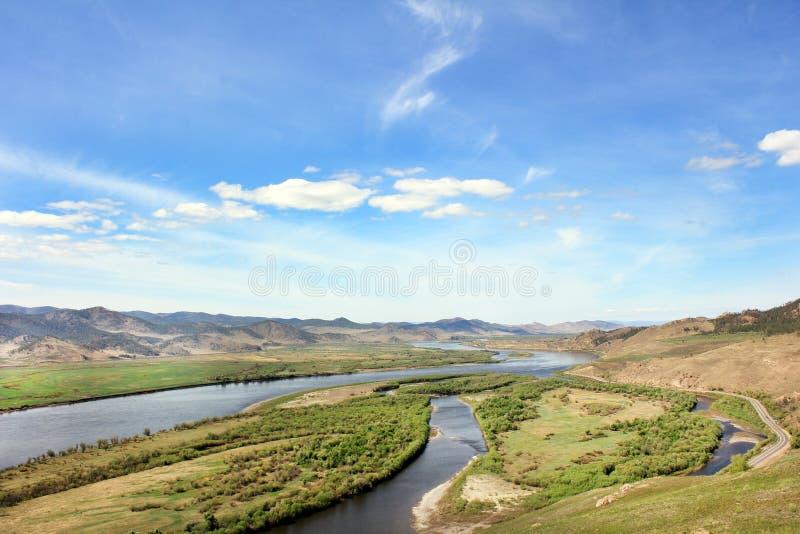 El paisaje del río, las montañas, el cielo imagen de archivo libre de regalías