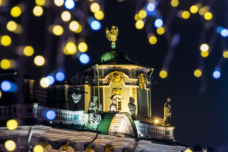 El paisaje del ` s del Año Nuevo con brillar intensamente enciende la opinión de St Petersburg de la noche el palacio del inviern imagen de archivo