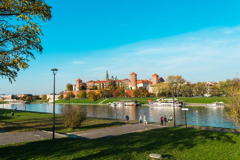 El paisaje escénico del río Vistula y Wawel se escudan en Kraków fotografía de archivo