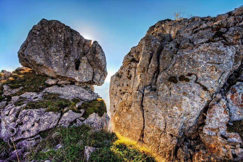El paisaje escénico hermoso del otoño de la montaña oscila debajo del cielo azul en la puesta del sol Fondo rocoso de la naturale imagenes de archivo