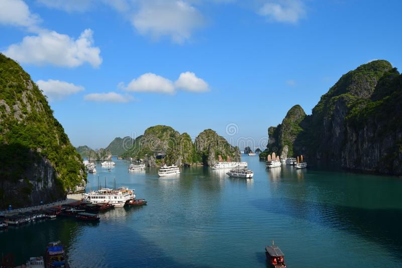 El paisaje form? por las torre-islas del karst en fondo del cielo azul Hermosa vista de la laguna en la bahía de Halong que desci imagen de archivo