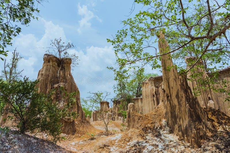 El paisaje hermoso de corrientes a trav?s de la tierra tiene la erosi?n y hundimiento del suelo en una capa natural en Pong Yub, fotografía de archivo