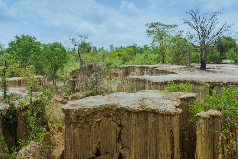 El paisaje hermoso de corrientes a trav?s de la tierra tiene la erosi?n y hundimiento del suelo en una capa natural en Pong Yub, fotos de archivo libres de regalías