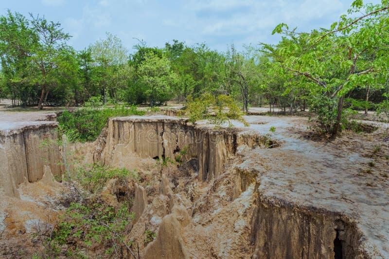 El paisaje hermoso de corrientes a trav?s de la tierra tiene la erosi?n y hundimiento del suelo en una capa natural en Pong Yub, foto de archivo libre de regalías