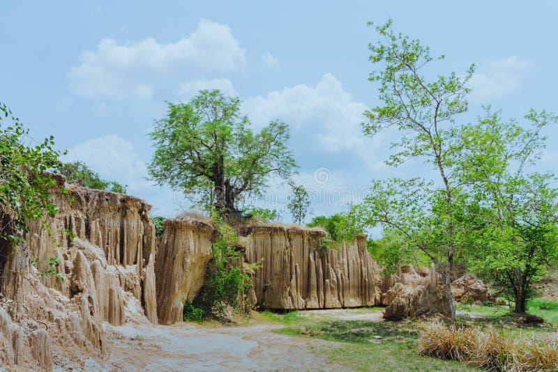 El paisaje hermoso de corrientes a trav?s de la tierra tiene la erosi?n y hundimiento del suelo en una capa natural en Pong Yub, imágenes de archivo libres de regalías