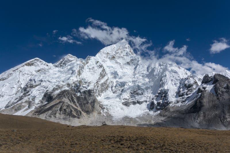 El paisaje hermoso de Everest y Lhotse enarbolan de Gorak Shep Durante la manera al campo bajo de Everest imagen de archivo