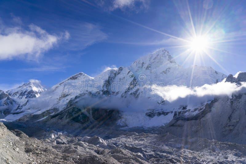 El paisaje hermoso de Everest y Lhotse enarbolan de Gorak Shep Durante la manera al campo bajo de Everest imagenes de archivo