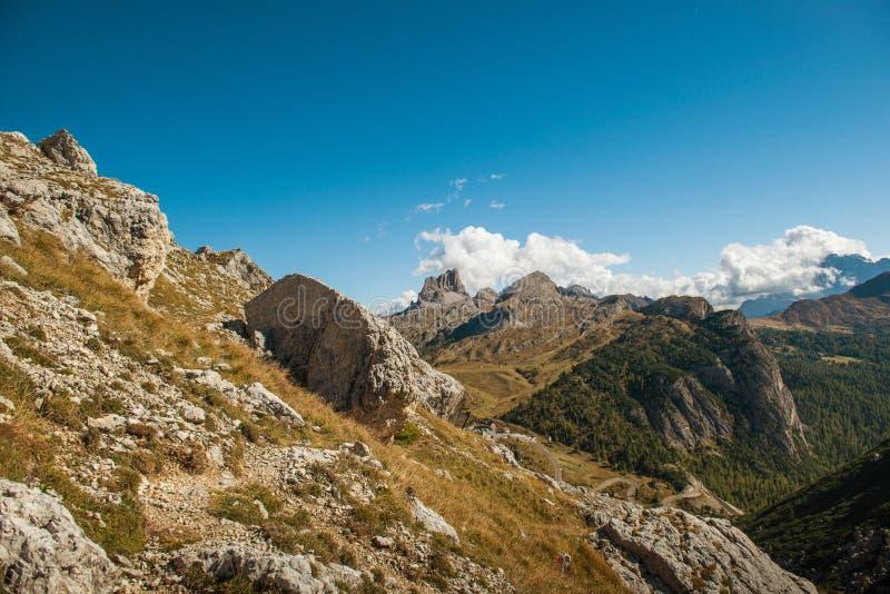 El paisaje hermoso del paisaje de italien las dolomías, lagazuoi del rifugio, dÂ'ampezzo de la cortina, falzarego del passo fotografía de archivo libre de regalías