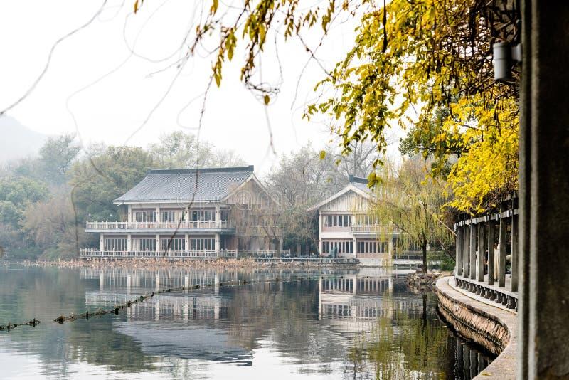 El paisaje hermoso del paisaje del lago y del pabellón del oeste Xihu en invierno en Hangzhou CHINA imágenes de archivo libres de regalías